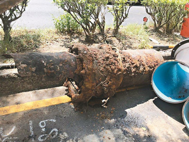 基隆市基金一路下方的自來水管漏水,自來水公司昨早開挖並換裝新管,造成當地9千多戶停水。記者邱瑞杰/攝影