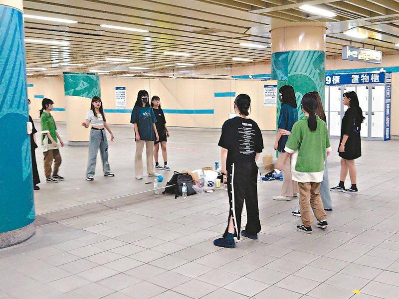 捷運板橋站3號出口練舞空間已進行優化,許多學生舞者齊聚練舞。記者吳亮賢/攝影