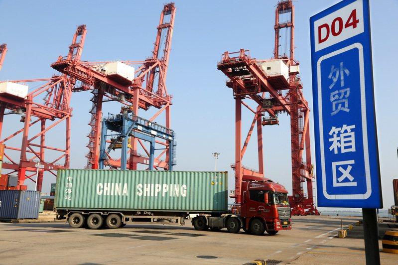 大陸8月出口年增9.5%,連續第三個月正增長。圖為江蘇省連雲港貨櫃碼頭。(中新社)