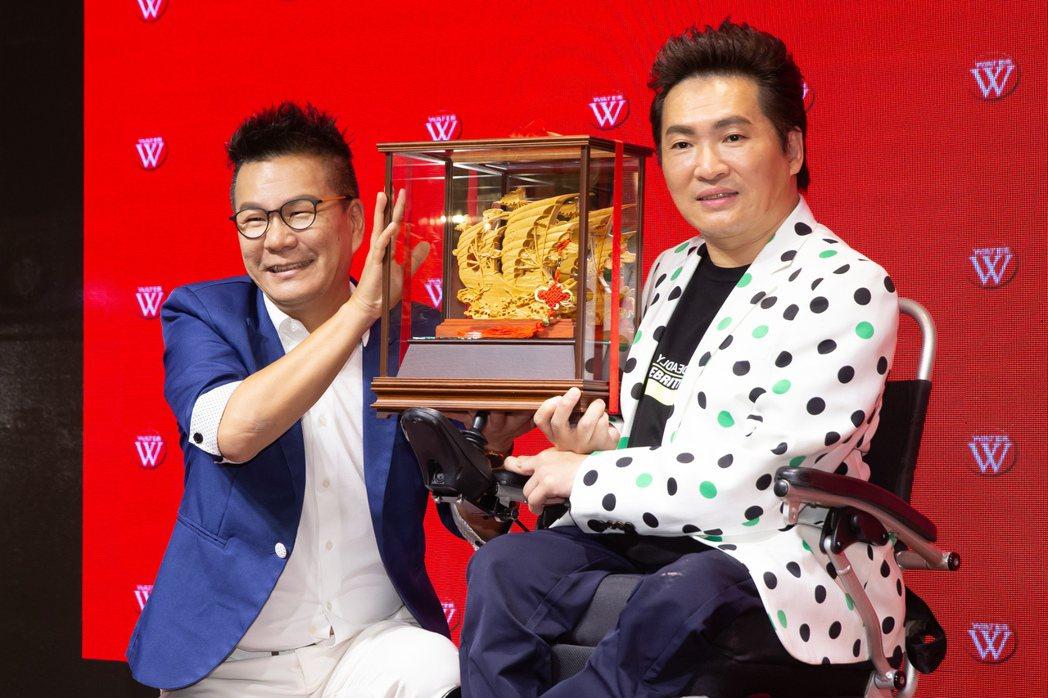 蔡義德(右)邀請沈玉琳對唱新歌。記者季相儒/攝影