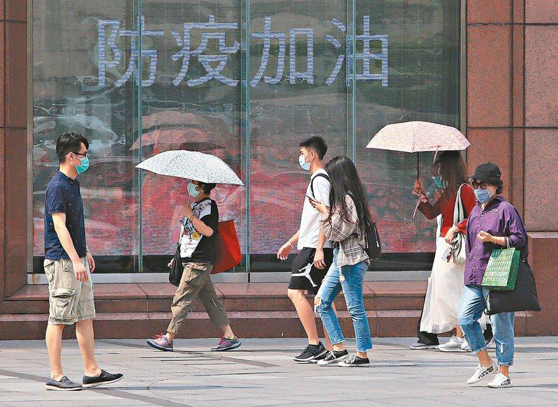遠東集團董事長徐旭東對台灣經濟展望樂觀,表示明年基本上也樂觀,但仍要轉型面對新時代。圖為民眾購物。 本報系資料庫