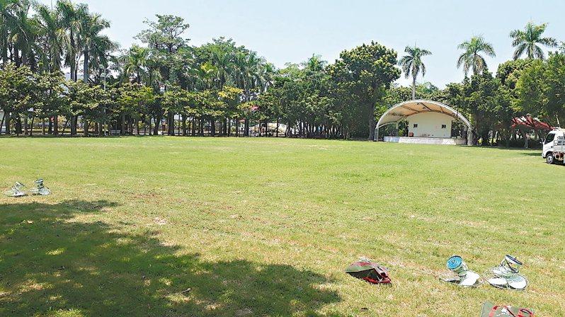 台南市文化局規畫佳里運動公園改建為「鹽分地帶文化中心」,當地民眾質疑佳里唯一完整林蔭綠地,不該興建展演建築。 記者周宗禎/攝影