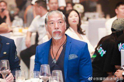 90年代在港片《古惑仔》系列中飾演東星「烏鴉」的張耀揚,已淡出演藝圈多年,近來網上流傳著他的近照,57歲的他看起來頭髮已花白,不過身材看起來還是維持得不錯。張耀揚近年來定居在中國大陸,去年他與莫少聰...