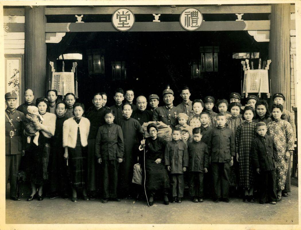 這是一九四四年祖母九十大壽在桂林家中白氏家族的合照,父親儼然是白氏家族的族長,受...