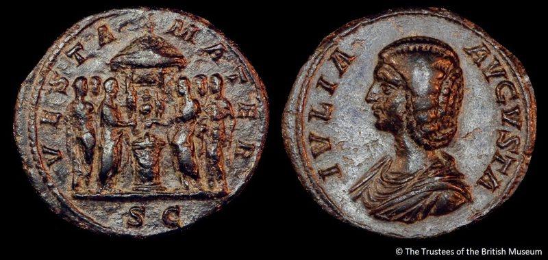 黑色的羅馬銅幣,大約鑄造於公元200 年。銅幣的一面印著維斯塔神殿和六位維斯塔貞女;另一面則是皇后尤利亞.多姆娜的半身像。 圖/聯經出版提供  © The Trustees of the British Museum