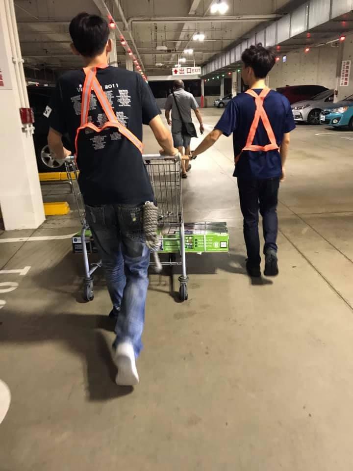 一位女網友到好市多買了置物架,物件重量太重,好市多工作人員協助搬貨上車,讓她覺得服務好貼心。圖擷自《Costco好市多商品經驗老實說》粉專