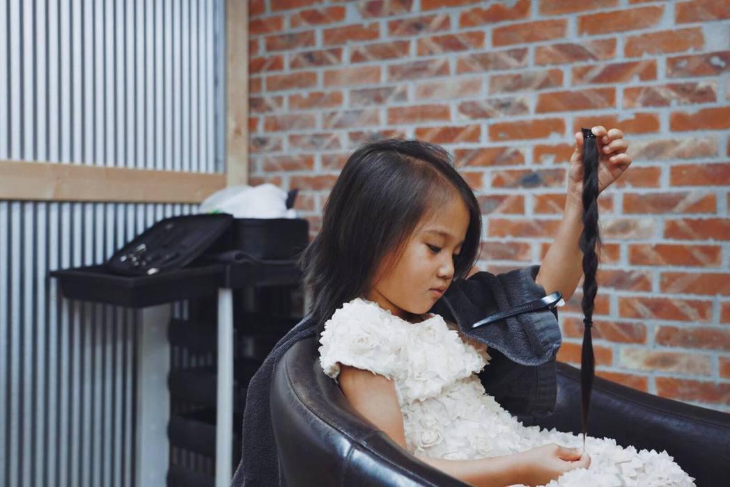 隋棠女兒剪下32公分長髮。 圖/擷自隋棠臉書