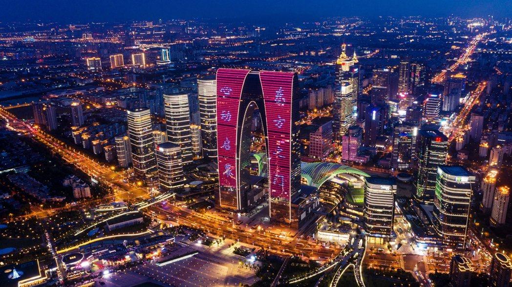 表面大數據、實則偽科學?圖為蘇州工業區夜景空拍.建築燈光絢爛的中國紅,打上的大字...