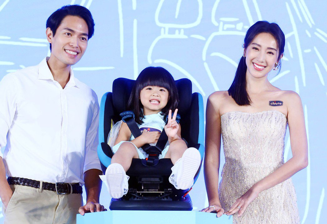 隋棠(右)下午為一家嬰幼童精品公司擔任代言人,與小朋友一同走秀。記者杜建重/攝影