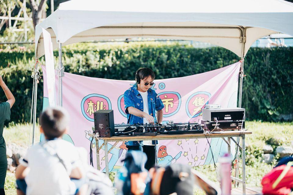 感傷唱片行為桃喜市集設計主題歌單,在現場擔任情歌DJ。 圖/林科呈攝影
