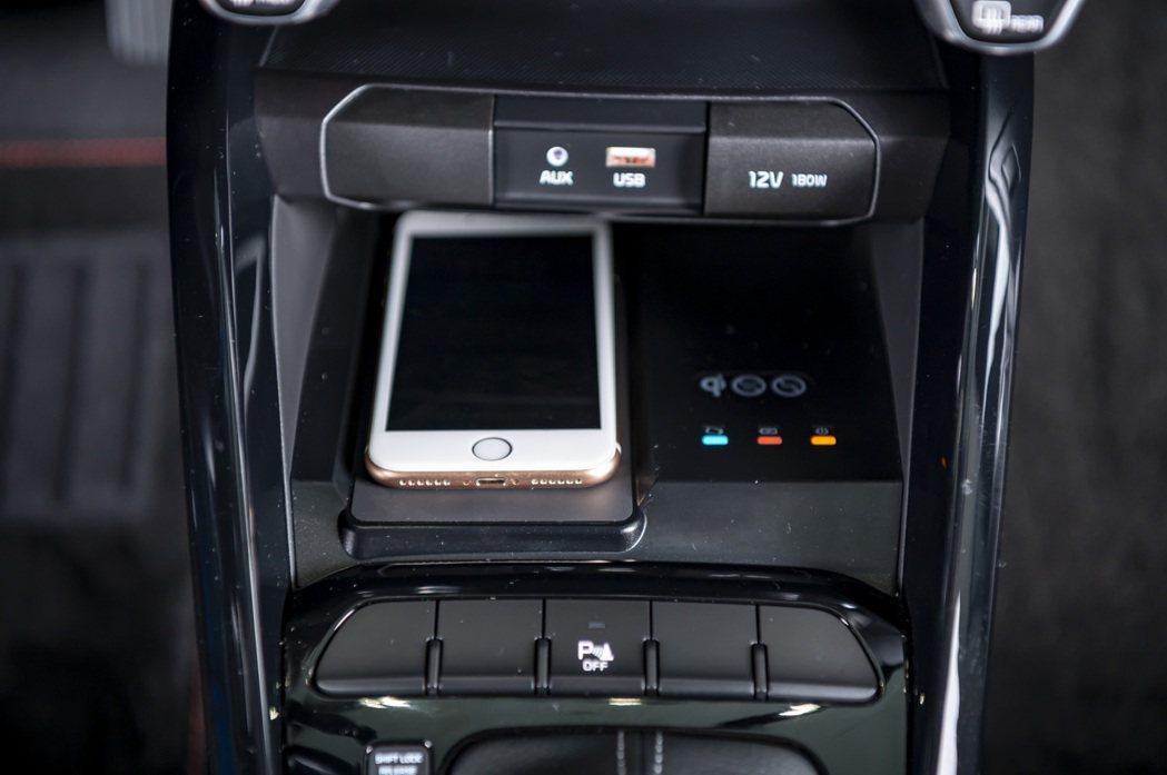 Picanto就是愛線特仕版限量升級無線充電裝置。 圖/森那美起亞提供
