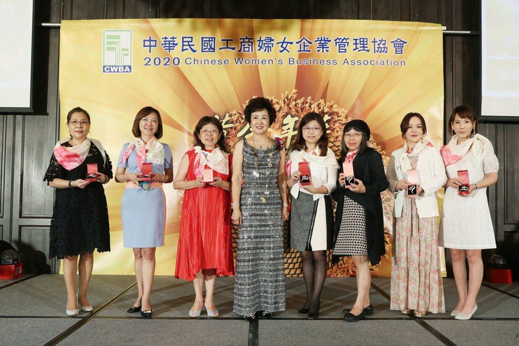 總會長駱慧明(中)與新加入會員一起合影。工商婦女協會/提供