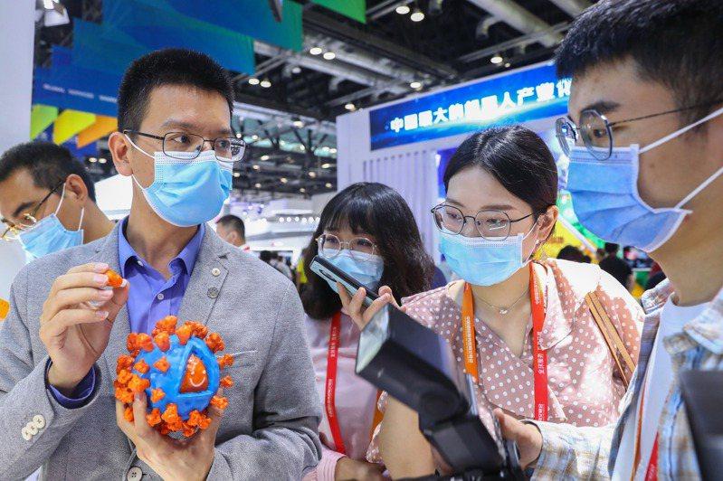 中國「人民英雄」國家榮譽稱號獲得者、中國工程院院士、軍事科學院軍事醫學研究院研究員陳薇表示,在全世界的新冠疫苗研發上,中國毫無疑問是處於「第一方陣」。 新華社