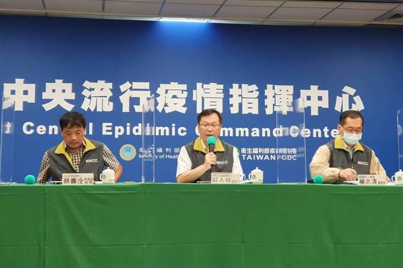 指揮中心發言人莊人祥(中)表示,目前推估案494在尼泊爾感染可能性較大。記者楊雅棠/攝影