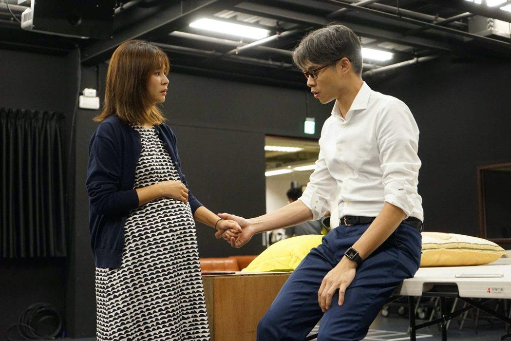 吳定謙(右)、吳怡霈在舞台劇「我們與惡的距離」中飾演夫妻。圖/故事工廠提供