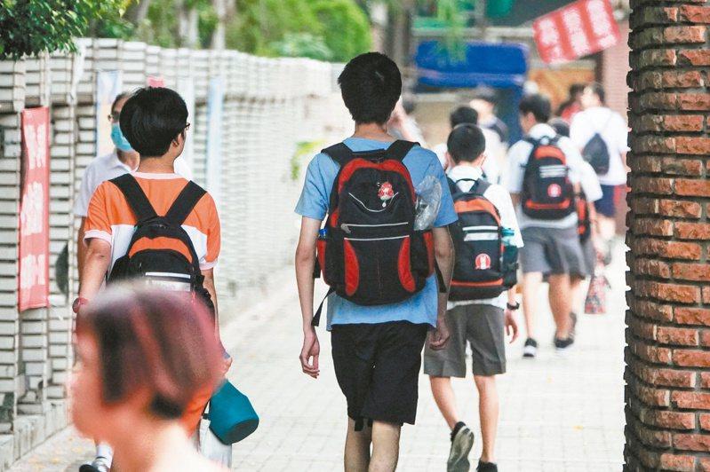 新課綱上路逾一年,歷史課仍爭議不斷,開學剛拿到課本的國中八年級生,因「中國史」改為「東亞史」,部分教科書看不到三國史、魏晉南北朝。記者葉信菉/攝影