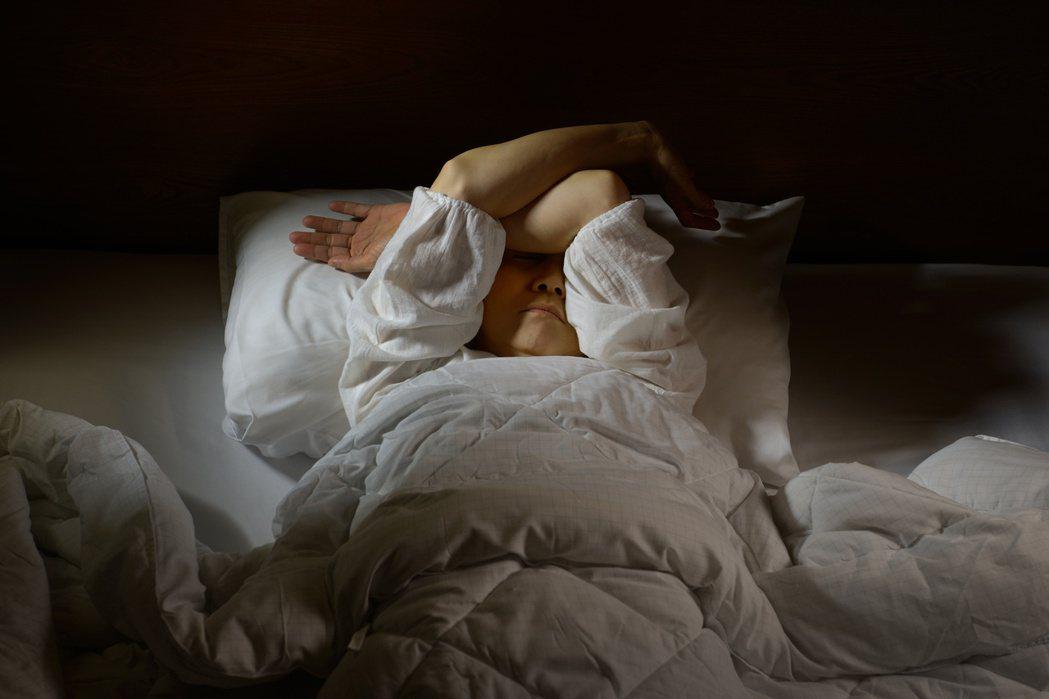 台灣平均每十人就有一人飽受睡眠障礙困擾,許多失眠者習慣吞顆安眠藥,但最好的方式仍...