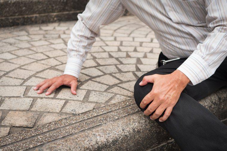 每六位老人就有一位有跌倒經驗,跌倒更高居事故傷害死亡原因第二位。圖/123RF
