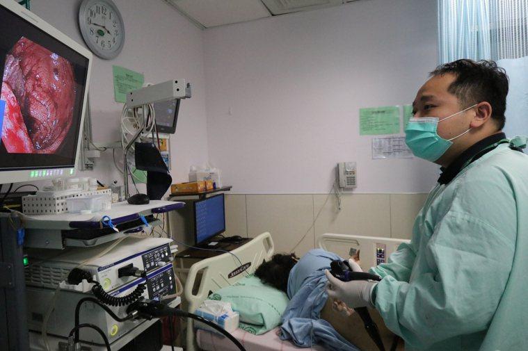 亞洲大學附屬醫院肝膽胃腸科醫師曾晟恩說,患者平時喜愛吃臭豆腐,偶爾也會吃炸雞、烤...
