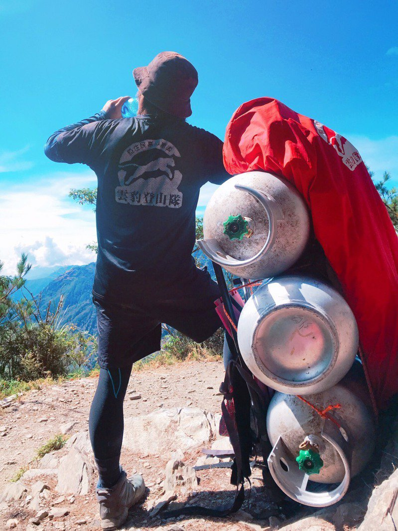 玉山排雲山莊每天要動用背伕3至4人,將30多公斤的食材或瓦斯背負上山,上下落差約792公尺,是一般登山客難以承受的負重。圖/玉管處提供