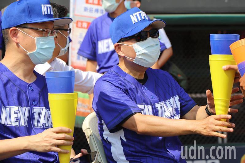 新北市長侯友宜(右)今出席市長盃三級棒球錦標賽開幕典禮。記者吳亮賢/攝影