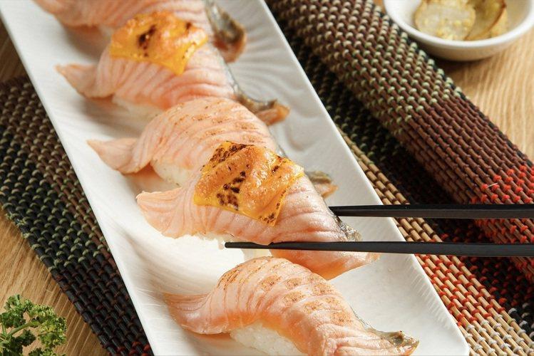 「加州起司炙燒鮭魚握壽司」定價238元。圖/美威鮭魚提供