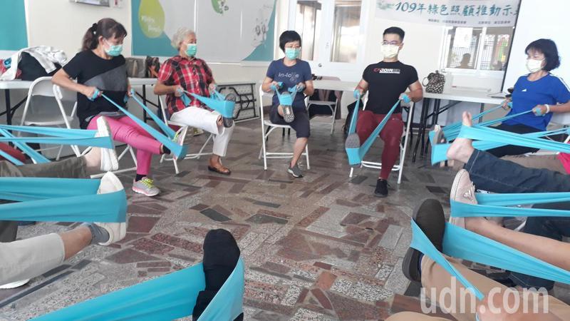 台南麻豆農會推「綠色照顧」計畫,請來台中知名健身教練教黃耀慶長者肌力運動。記者周宗禎/攝影