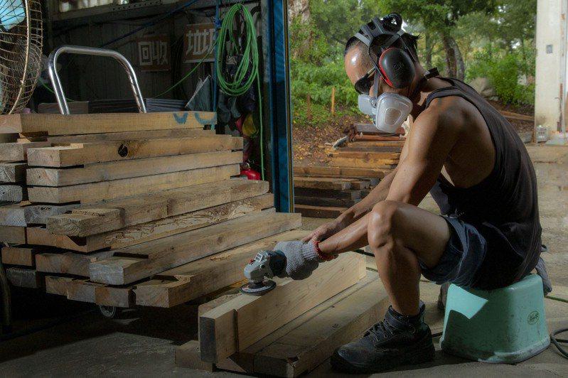 金門縣林務所與台灣電力公司金門區營業處共同合作,將廢木料循環再利用,作出一件件的木鞦韆及造型座椅。圖/金門縣林務所提供
