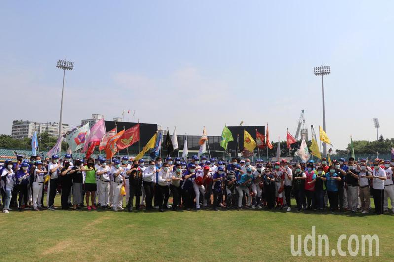 新北市長盃三級棒球錦標賽今上午在新莊棒球場舉行開幕典禮。記者吳亮賢/攝影