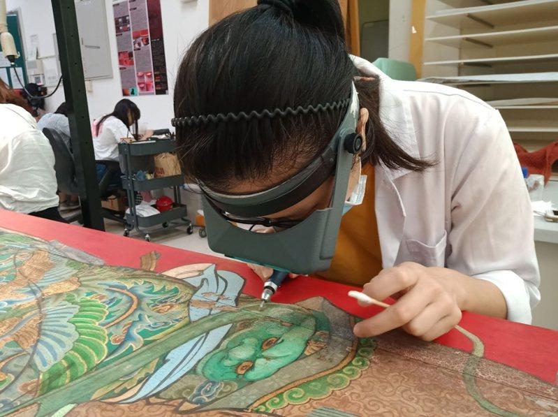 彩繪修復時,修復人員藉由光學的協助,成品更臻完整。圖/台南市文化局提供
