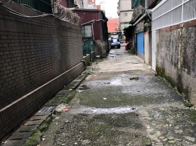 過去後巷環境潮濕、髒亂又空間狹小,周遭住戶避而遠之。圖/北市衛工處提供