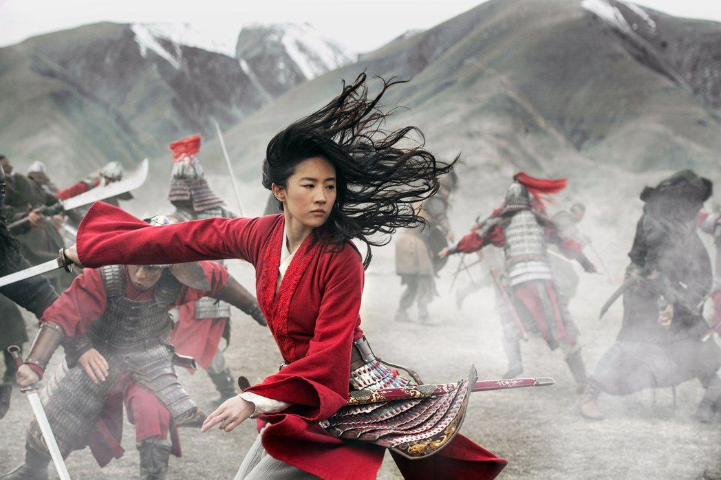 迪士尼年度電影《花木蘭》上映後爭議不斷,如今又遭爆料在片尾特別列出中共在新疆地區...