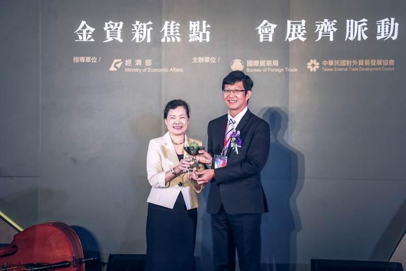 明基材料獲頒金貿獎最佳貿易貢獻獎,由總經理劉嘉瑞(右)代表領獎。圖/明基材提供