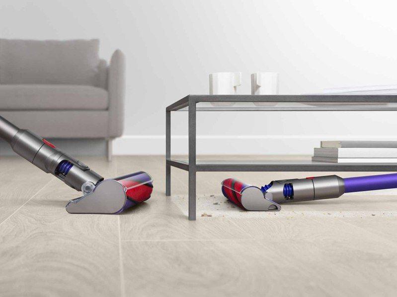 Dyson Digital Slim配備輕量軟質碳纖維滾筒吸頭,高度降低20%,使用時可更貼近地面。圖/恆隆行提供