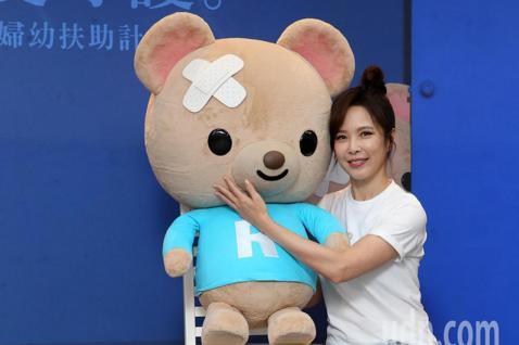 藝人天心今天出席現代婦女基金會舉行的記者會,號召民眾一起用愛守護,幫助受暴家庭找回溫暖、安全的家。在台灣, 平均每5分鐘就有1個人受到家暴傷害,一年有15萬個孩子,在傷痛中長大,天心與守護熊「呼呼」...
