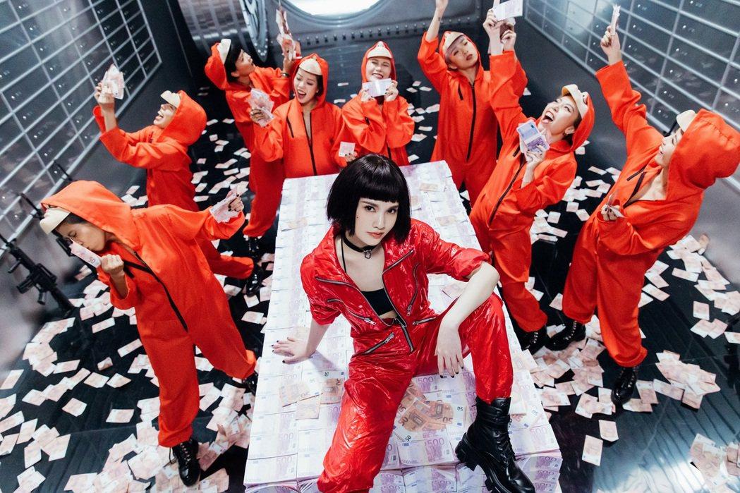 楊丞琳(中)扮成相當欣賞的「紙房子」影集女主角「東京」。圖/環球音樂提供