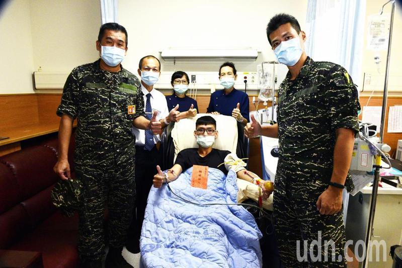 海軍陸戰隊九九旅上兵黃承浩(中)日前至嘉義縣大林慈濟醫院完成捐贈造血幹細胞,展現軍人大愛。圖/大林慈濟醫院提供