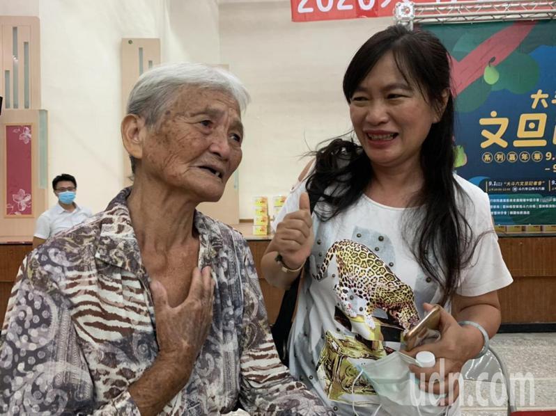 楊純娟(右)和姊姊楊純圓接下爸爸的文旦園15年,耕耘至今獲得優質獎,85歲的楊媽媽(左)開心掉淚。記者陳苡葳/攝影