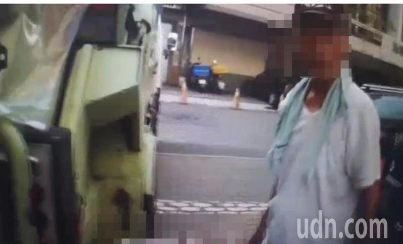 男子丟保麗龍上垃圾車,還嗆清潔隊員。圖/取自臉書