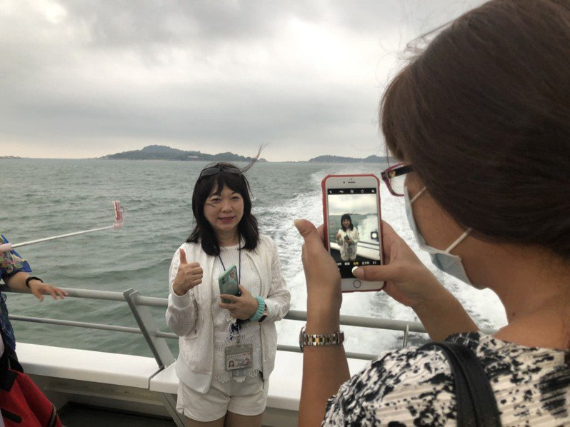 金門海上公路正夯,不少遊客「偽出國」,搭船不忘拍照金廈海域間的美景。記者蔡家蓁/攝影