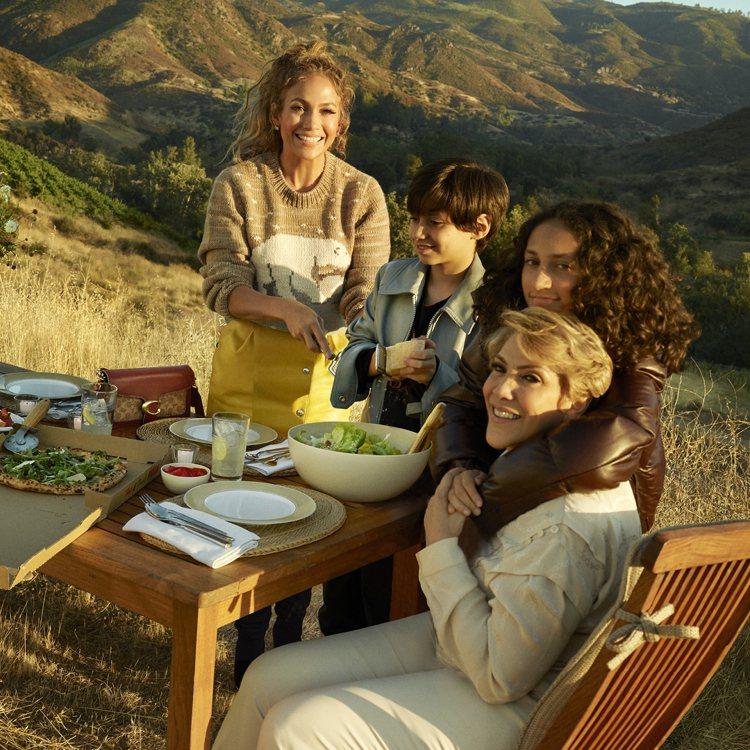 珍妮佛羅培茲和兒女及母親一同為COACH入鏡,展現家庭生活的點點滴滴。圖/COA...