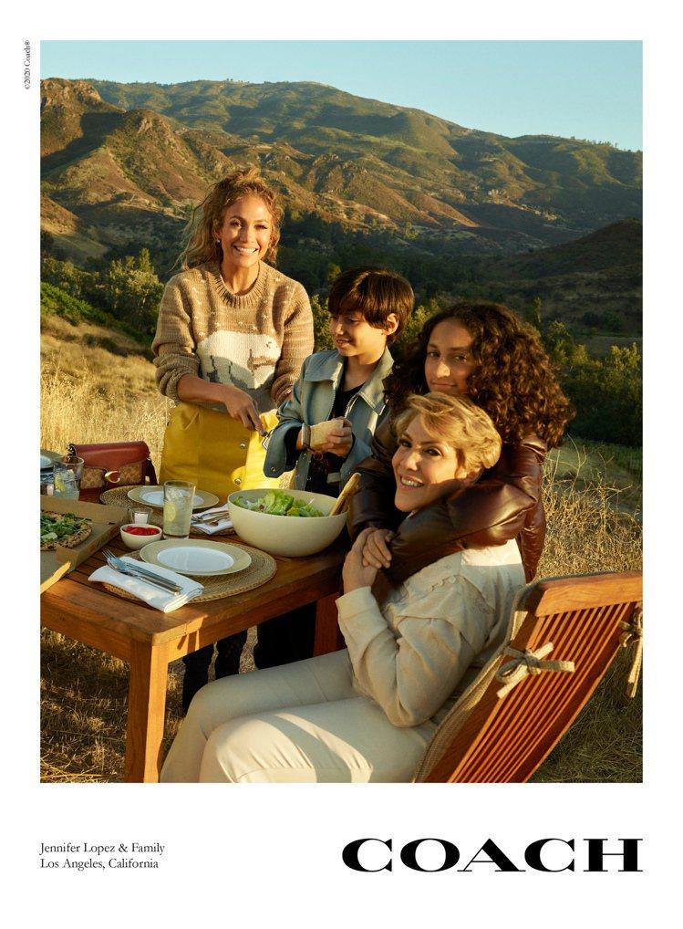 珍妮佛羅培茲和兒女及母親一同為COACH入鏡,拍攝秋季形象圖。圖/COACH提供