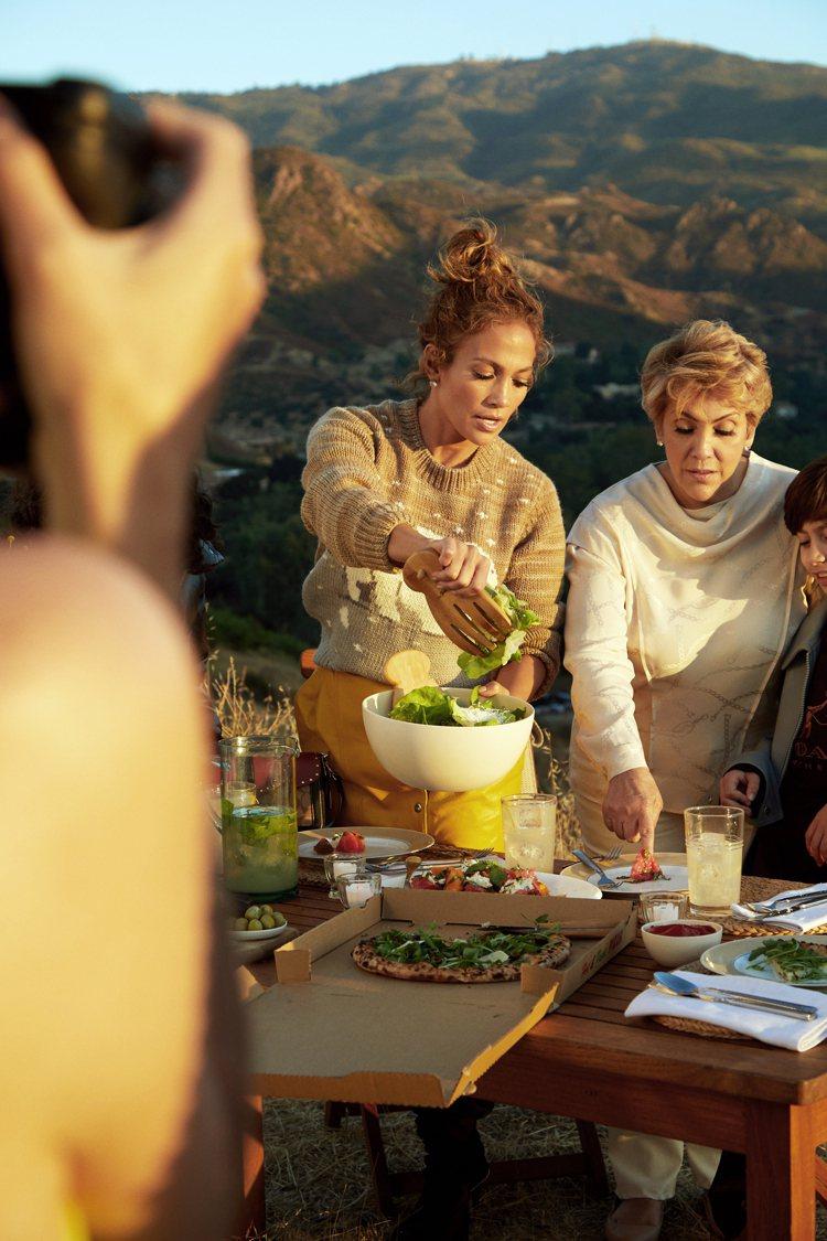 珍妮佛羅培茲在拍攝COACH Family時的幕後花絮。圖/COACH提供