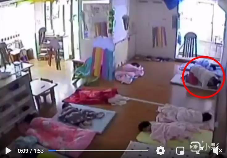 有家長將托嬰中心監視器畫面PO上臉書,老師疑「屈膝弓背」壓在孩子身上。圖/取自臉書「靠北惡質幼兒園」