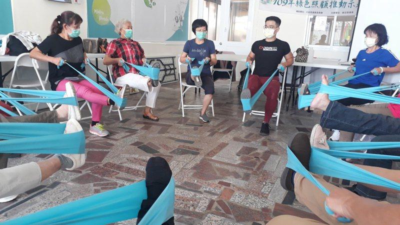 麻豆農會商請健身教練黃耀慶,指導高齡長者體適能肌力運動。記者周宗禎/攝影