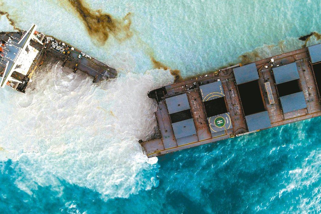 擱淺在模里西斯外海的日本貨輪,船身已斷裂成兩半,大量重油外洩嚴重汙染當地生態環境...
