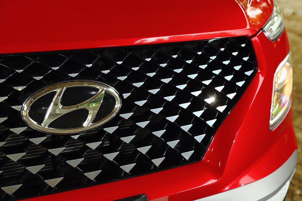 南陽實業將韓國市場專屬的三角星綴水箱護罩導入台灣,成為Two-tone雙色車型的...