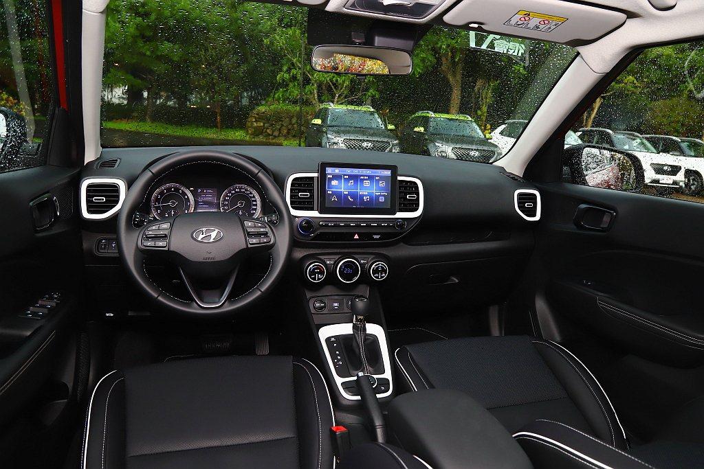 Hyundai Venue中控台冷氣出風口、空調旋鈕、排檔座與座椅滾邊等處,採用...