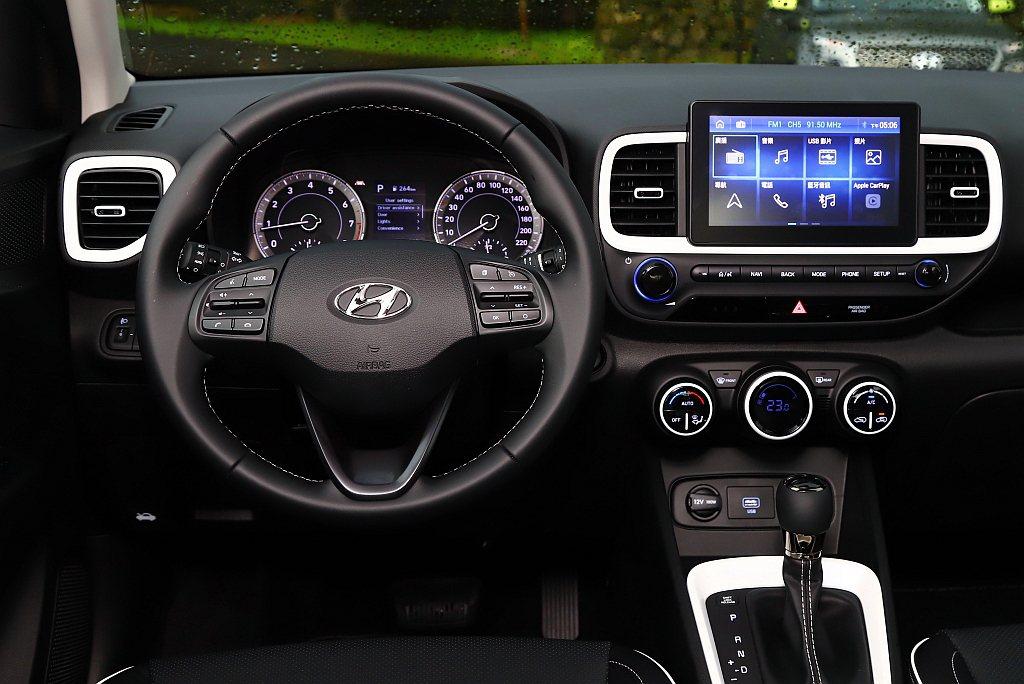 最頂級Hyundai Venue GLC車艙再增加皮質包覆方向盤/排檔頭。 記者...
