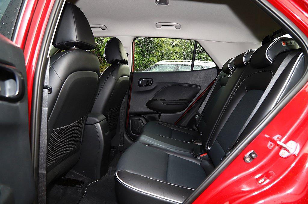 Hyundai Venue的前/後乘坐表現以同級來說算是優等生,且椅背與椅面沒有...